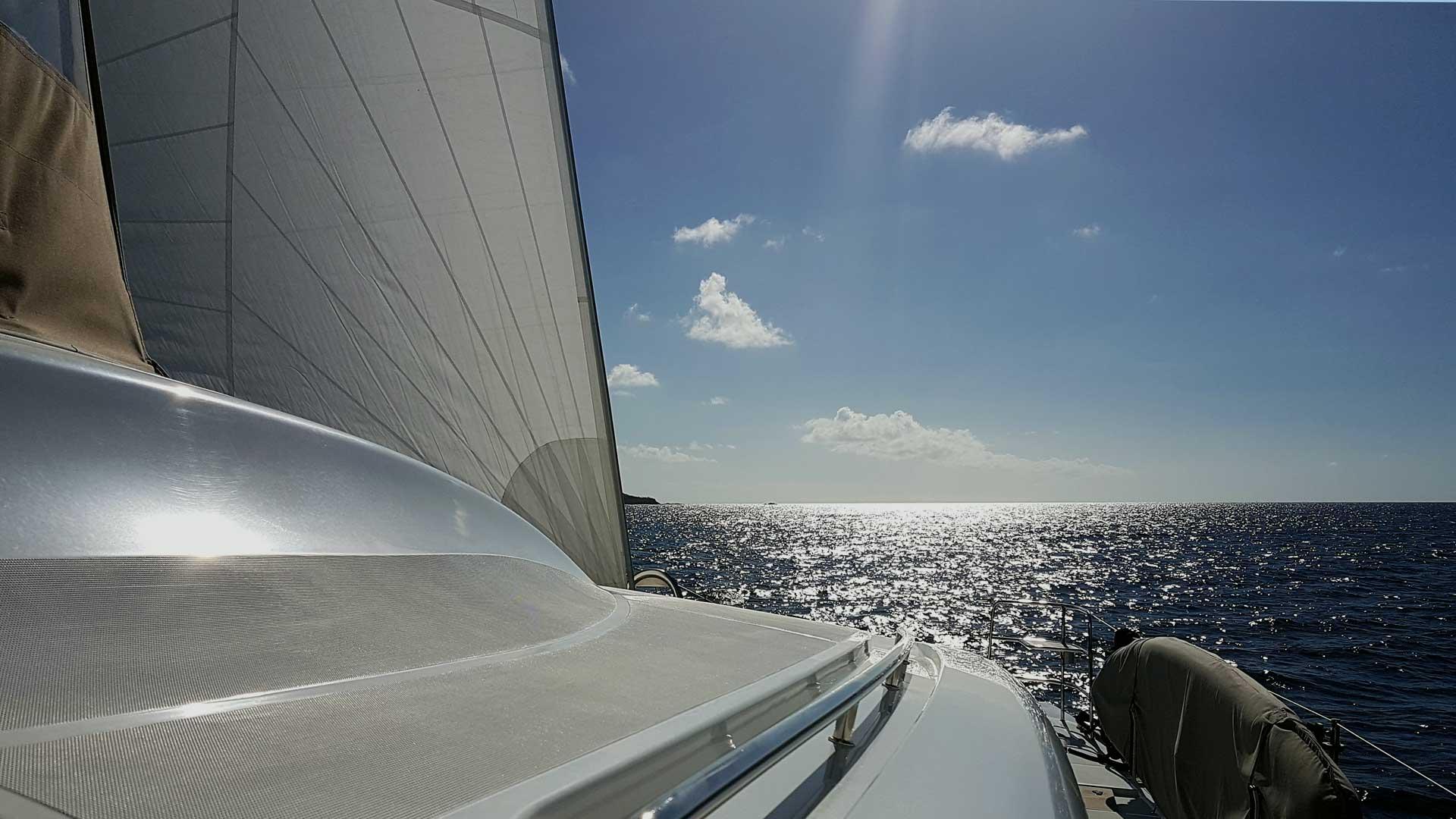 Crewed Catamaran Charter unter Sail